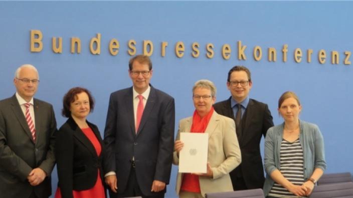 Jubiläum: Gero Storjohann übergibt zum zehnten Mal Tätigkeitsbericht des Petitionsausschusses an Bundestagspräsident Norbert Lammert